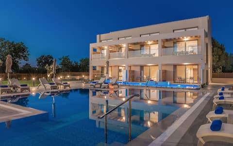 Mystique Suites- 2 Bedroom Apartment, swim-up pool