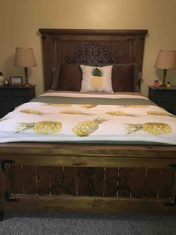 Disney 1 -Pool!-Pineapple Room-Queen bed