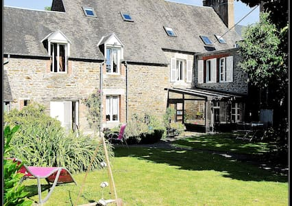 Chambres et table d'hôtes La Maison d'Isaphil B&B - Saint-James - Gjestehus