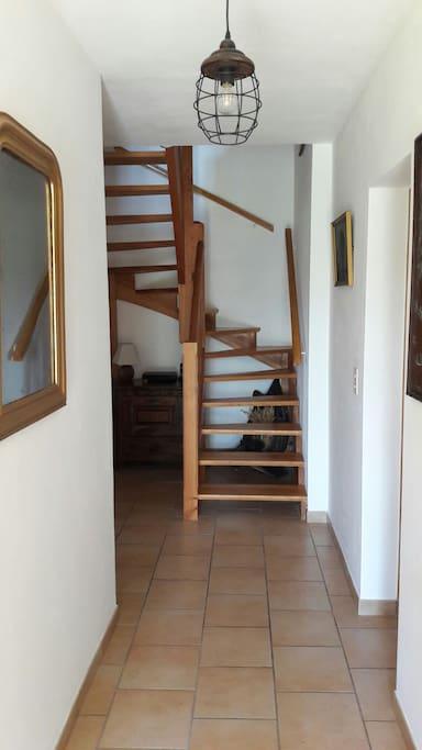Escalier d'accès à votre chambre avec entrée indépendante