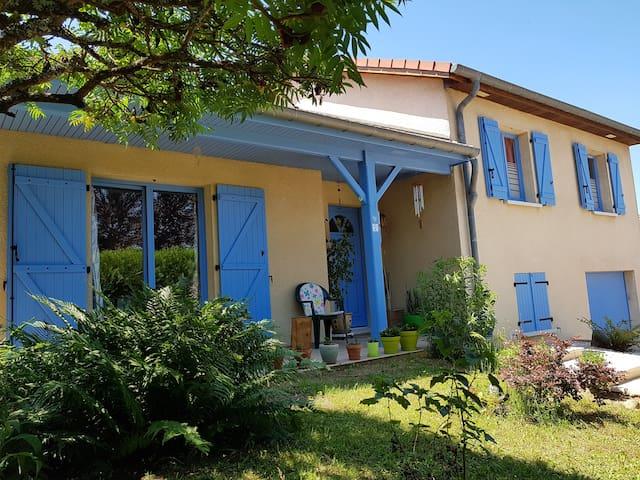 C'est une  maison bleue accrochée à la colline....