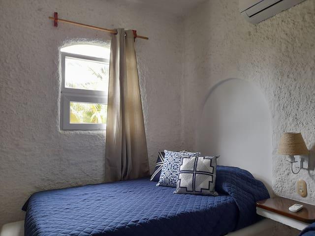 Habitación secundaria con dos camas: Una semi matrimonial y una imperial.