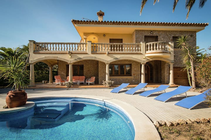 Stunning villa with private pool, all luxuries, only 500 m from the coast