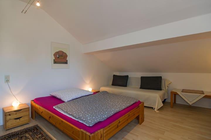 Schlafzimmer Frieda: Ein breites Bett für eine Person (oder ein Pärchen) und ein Schlafsofa zum Ausklappen (150 cm breit).