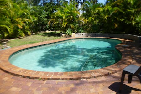 2BDR, 1 ensuite, pool. Park next door, beach 2km - House
