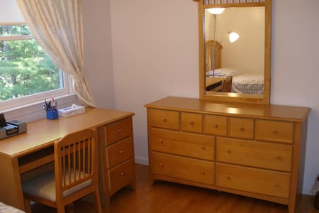 Quite Clean Specious Room to Relax - Bedford - House