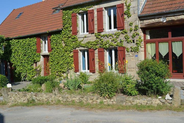 Grande maison en pierre et son jardin arboré
