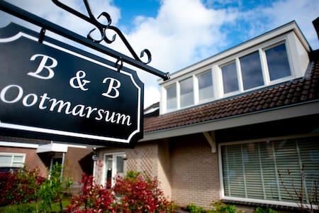 B&B in centrum Ootmarsum - Ootmarsum - Szoba reggelivel