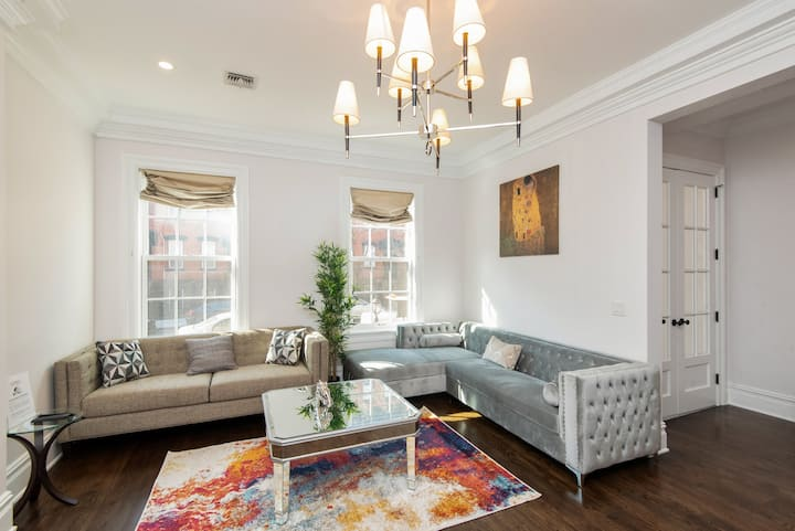 GROVE ST GEM W/Backyard| 10 min to NYC| sleeps 20+