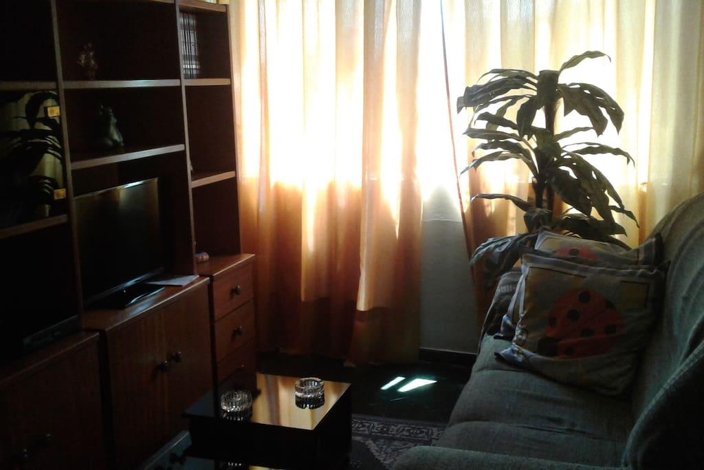 Sala de estar com 2 ambientes, TV com SKY, ventilador de teto.