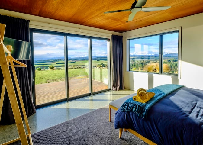 ★Large Master Bedroom★  Rest easy with thick black-out curtains & blinds. Huge double-glazed windows offer expansive views to the north and east.  A ceiling fan helps to keep you cool in summer, and central underfloor heating keeps you warm in winter