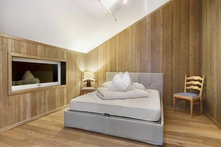 Soverommet er romslig og har en komfortabel dobbeltseng. Det er også satt inn kommoder etter at bildet ble tatt
