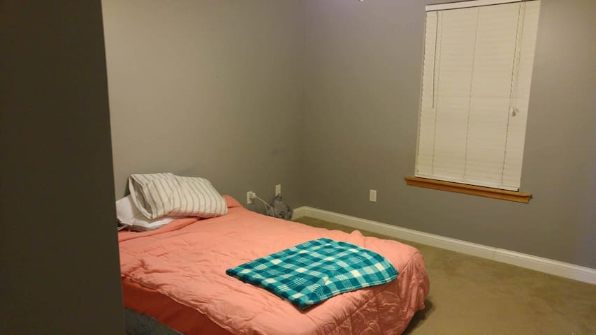 Cozy Bedroom + Bath (Full Size Bed) - Columbia - House