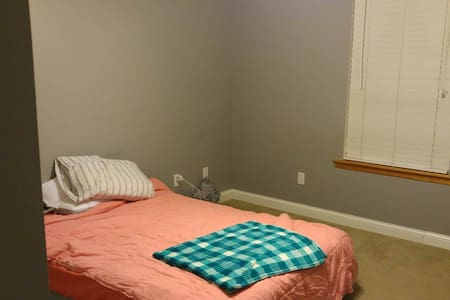 Cozy Bedroom + Bath (Full Size Bed) - Columbia - Huis