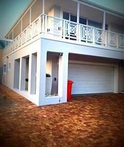 Warm Upmarket Apartment close to the beach - Hermanus - アパート