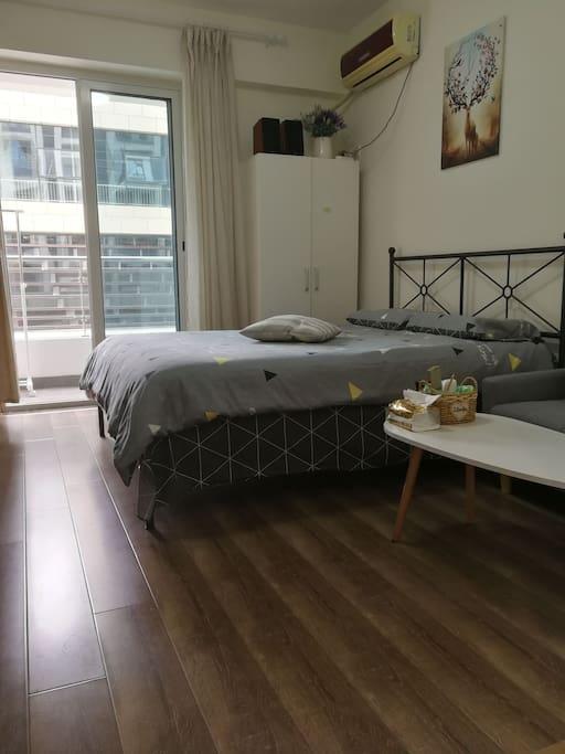 宜家的铁艺床,结实稳固。床垫是乳胶床垫,枕头也是乳胶枕,5星级酒店标准床垫。