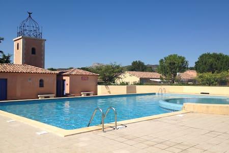 Maison avec piscine collective - Eyguières
