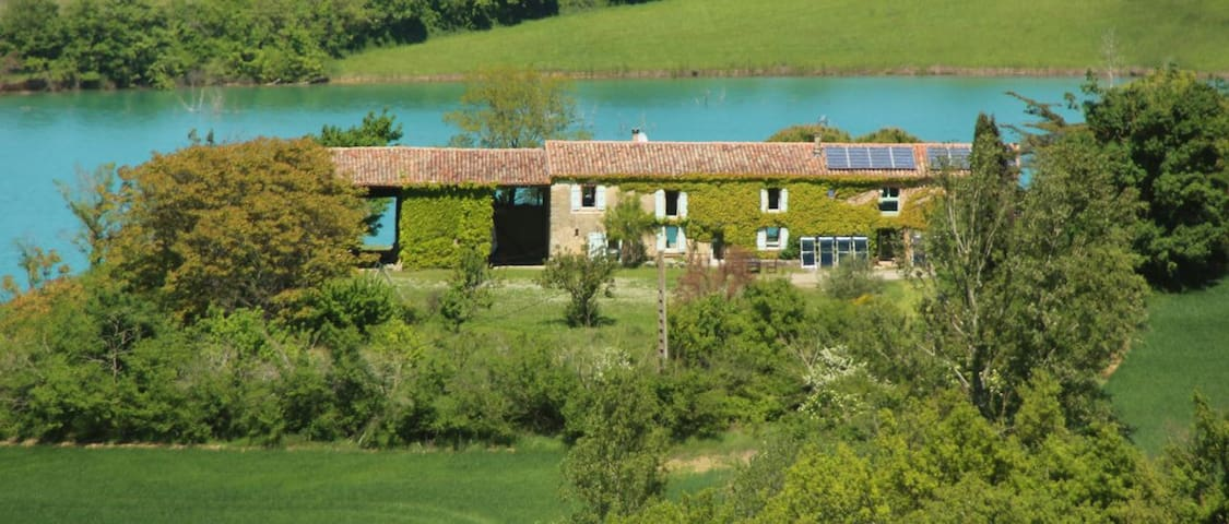 Charming old farm on a huge lake   - Toulouse-Carcassonne - Hus