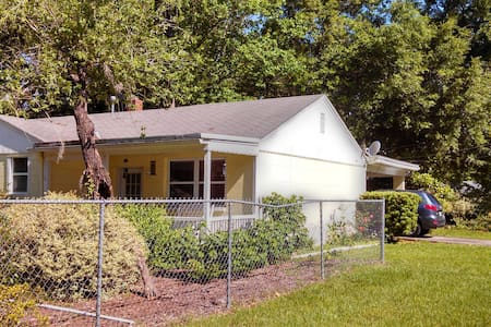 Charming 3 bedroom home with fenced - Gainesville - House
