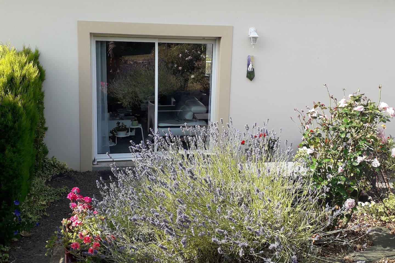 Terrasse ombragée, de multiples plantation aménagées avec gout par le maitre des lieux