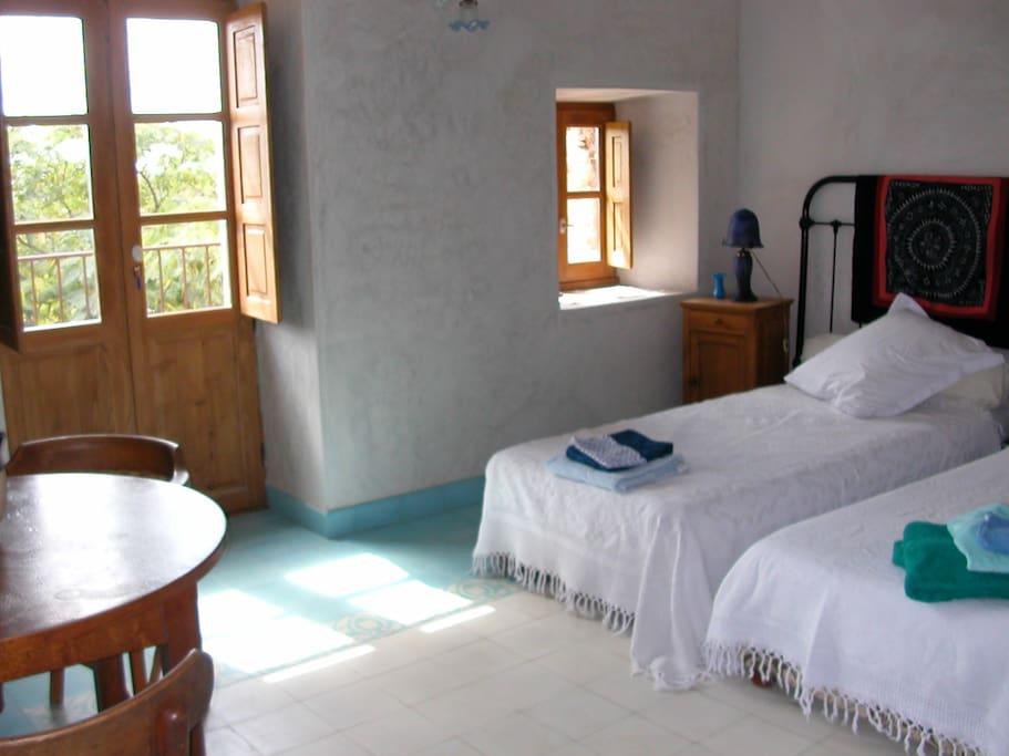 la chambre bleue dispose d'une salle de bain avec baignoire et d'un wc