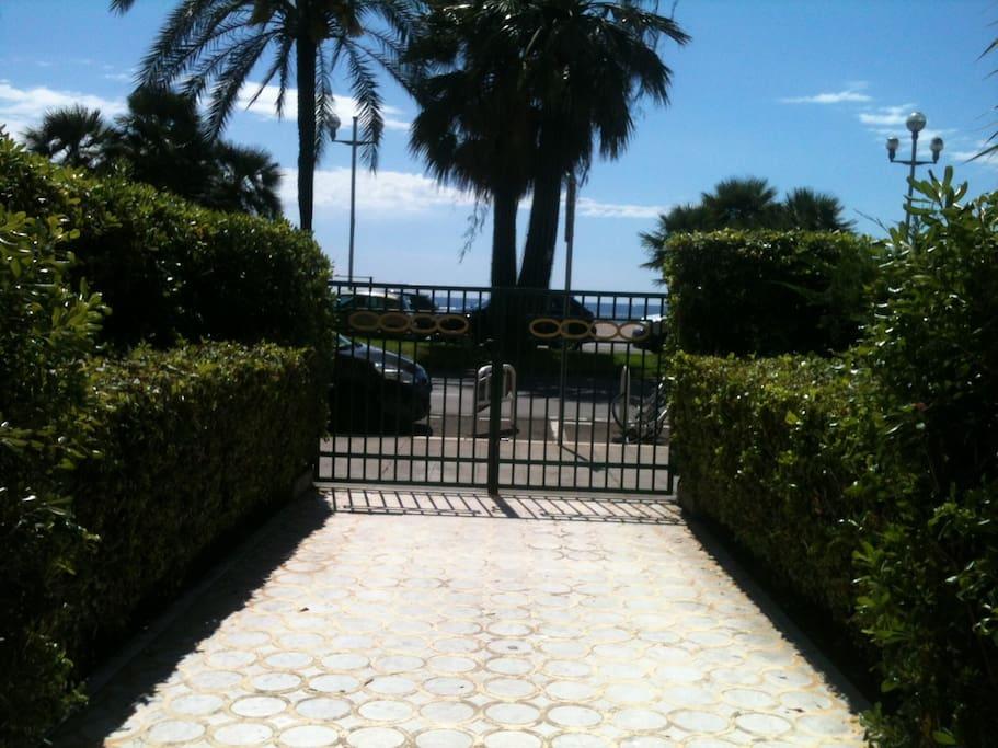 portail de la résidence donnant sur la promenade des anglais