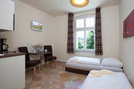 Schöne Zimmer 70 km von Berlin - Chorin - Apartamento