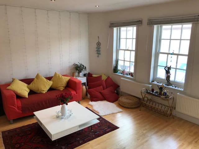 Bright 1 Bedroom Flat with a Spacious Living Room