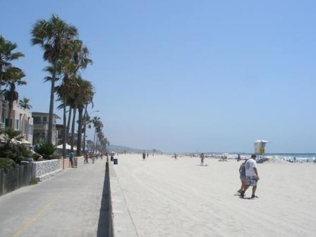 MISSION BEACH ESCAPE-STEPS FROM SAND!! SLEEPS 8!
