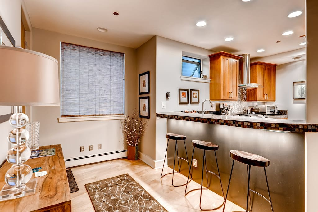 The lovely and fully-equipped kitchen and dining countertop