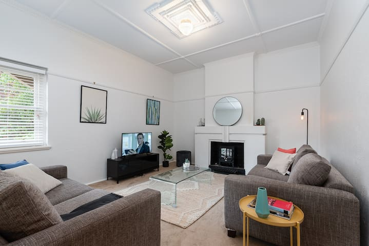 Charming Cremorne 2BR apt with lots of sun!