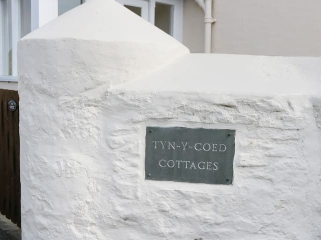 1 TYN Y COED COTTAGES, with a garden in Deganwy, Ref 980238