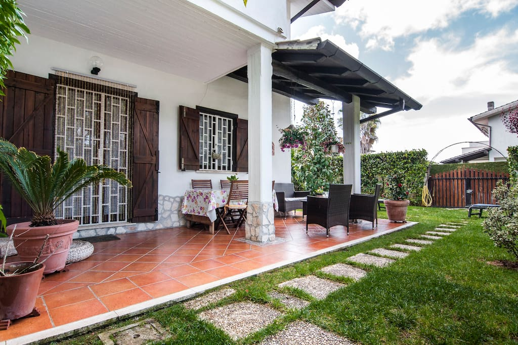 Villa moderna con giardino villas for rent in sabaudia for Giardino villa moderna