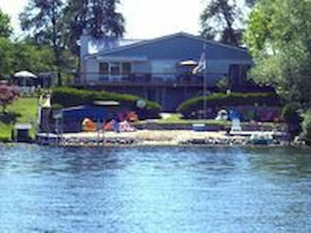 Huge Lake house! Book now for Fall and Winter Fun!
