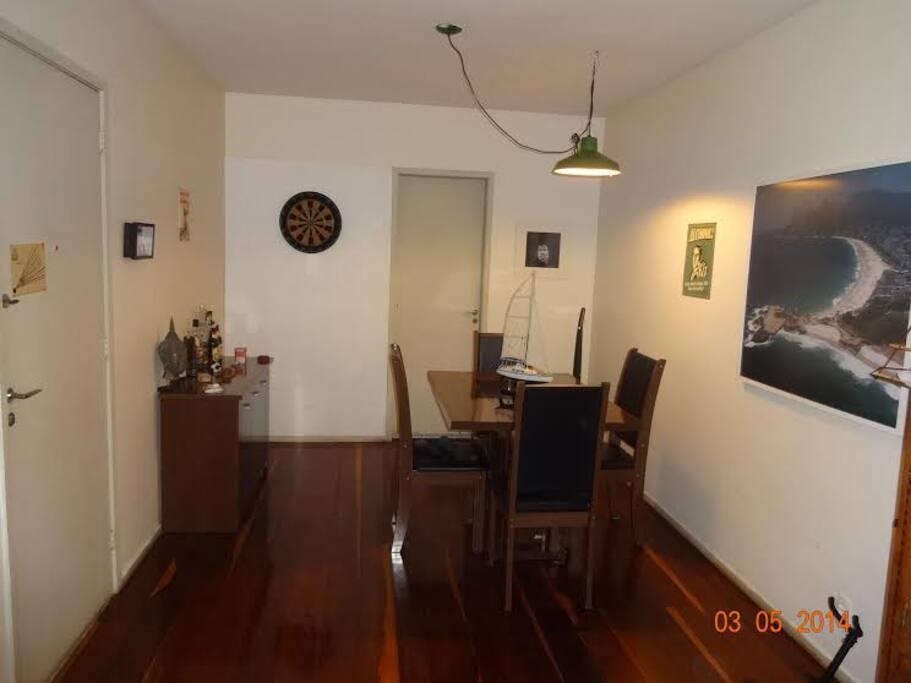 Sala com dois ambientes, sendo este sala de jantar.
