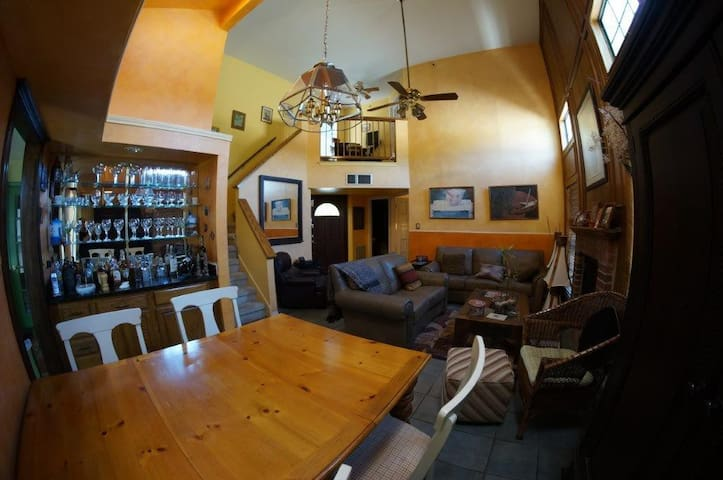 Private Room, walking Distance to Arts District