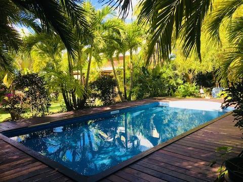 Romantisch huisje in weelderige tropische tuin