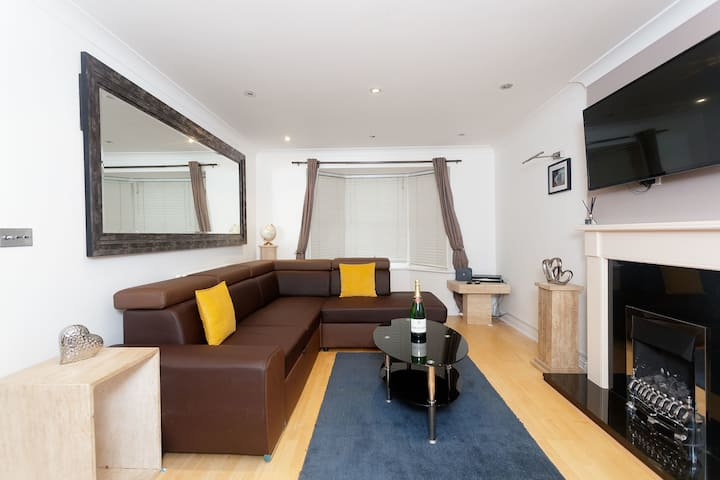 Townhouse outskirts of central Leeds . 4 BEDROOMS