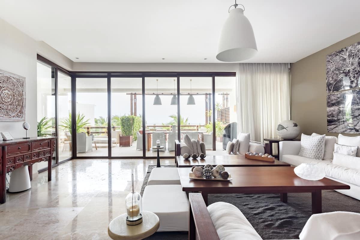 Roomy, Elegant Apartment Near Beaches With Hotel Amenities