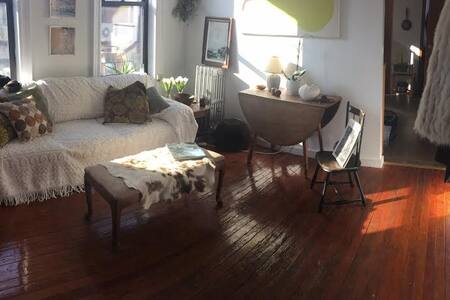 Explore NYC from my quaint Boerum Hill neighborhood--beautiful brownstones, great food and very safe! 7 minutes into Manhattan and within blocks of 10 different trains, this 2 bedroom is a great home-base for your vacation.