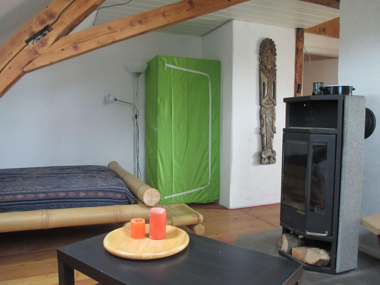 Bambusbett am offenen Kamina