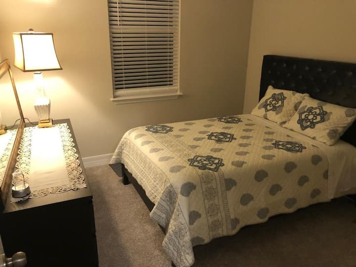 Homey private room in beautiful Deland!