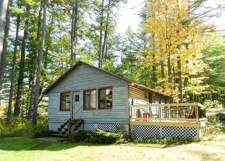 Quaint Log Cabin on Lake Kanasatka with shared beach