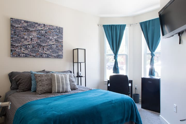 Private Bed & Bath Downtown. Bike/Walkable