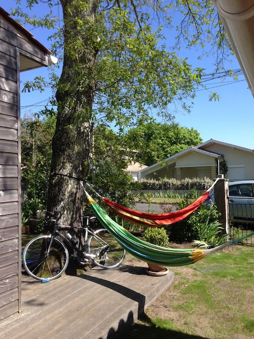 2 hamacs et 4 vélos (parfois 5) à votre disposition.