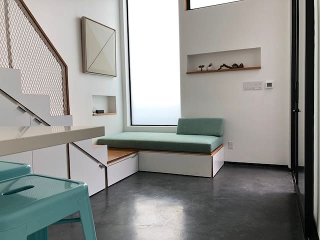 Secluded, Clean LOFT w PRIVATE COURTYARD/ENTRANCE