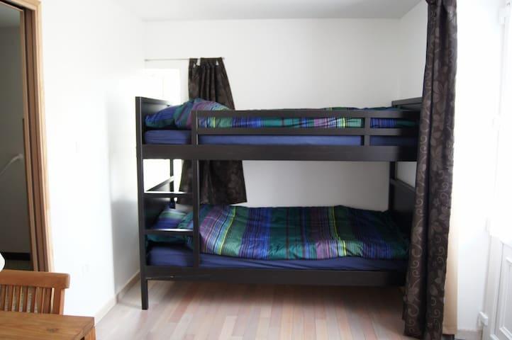 Il y a 2 lits superposés dans la chambre annexe. La porte vitrée permet un accès indépendant aux personnes à mobilité réduite.