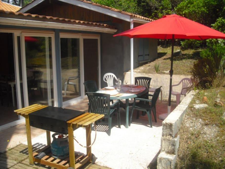 Terrasse avec barbecue et salon de jardin