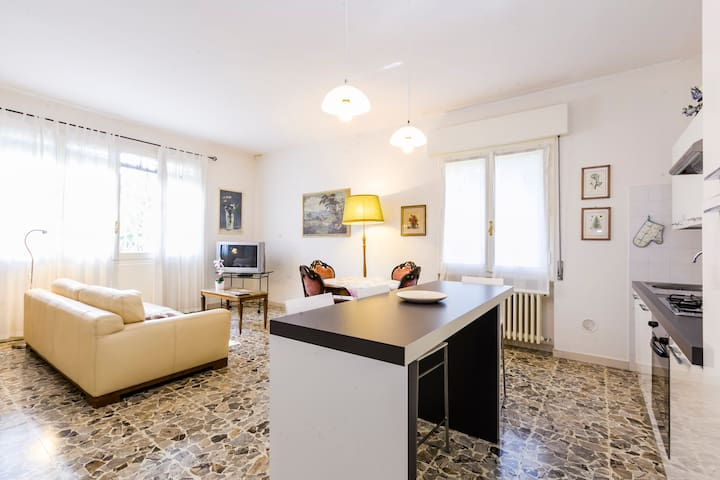 1 min to train station lightful apt - San Pietro in Casale - Apartamento