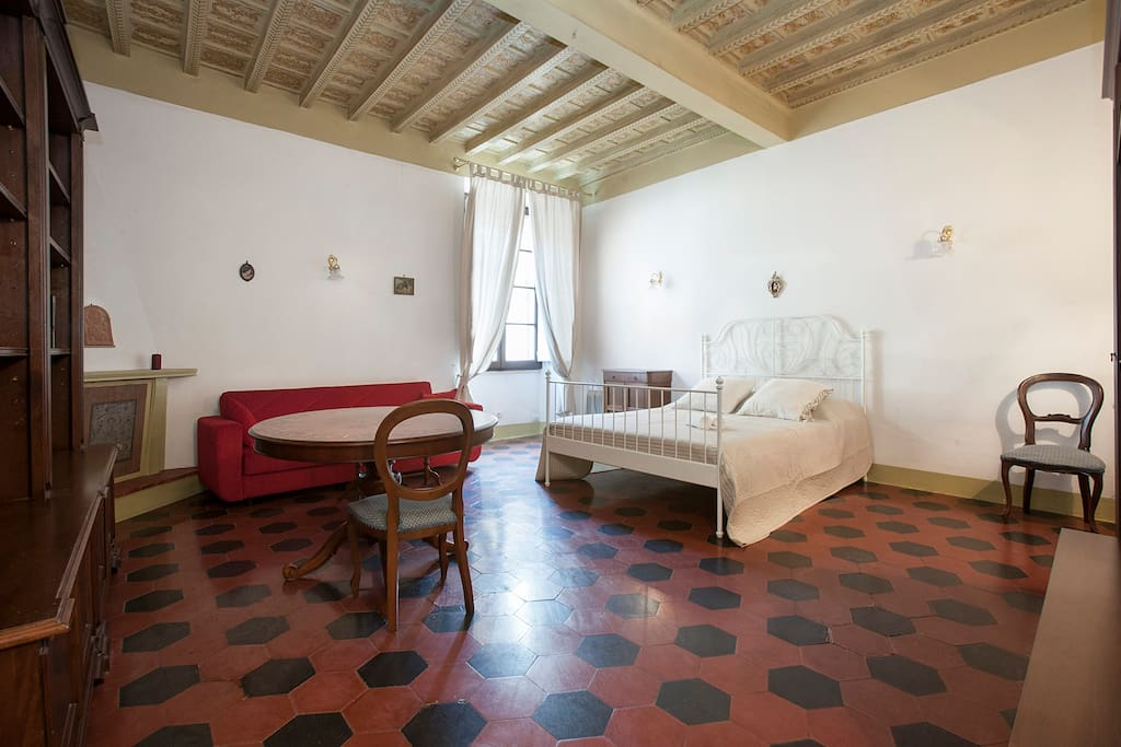 42m2 suite with double bed, fireplace and prestigious wooden ceiling decorated in 1700.